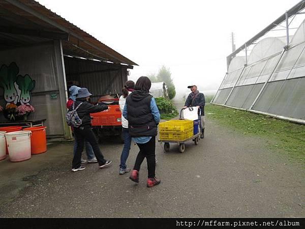 20150413園藝疏壓(李圓恩) 阿雄與學員準備前往大平臺種馬鈴薯 (1)