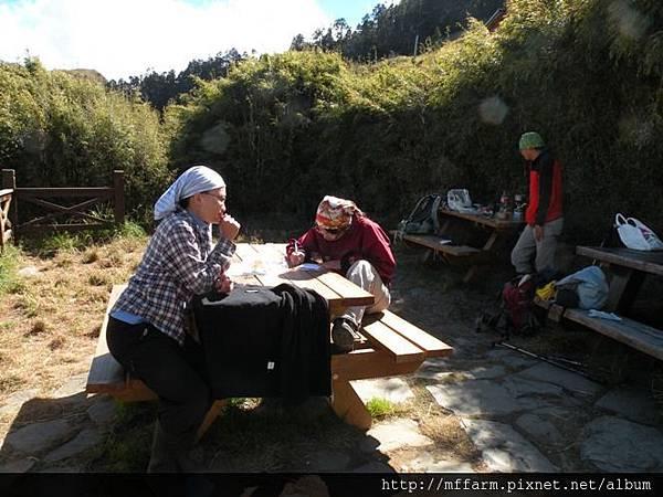 10.12.02-04雪山 午餐 曬太陽的芳瑜、俐璇 (2)
