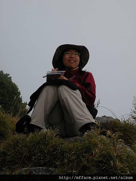 10.12.02-04雪山 哭坡頂 寫明信片的俐璇