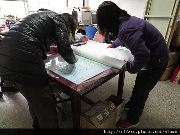 20150221-辦公室貼博士膜 (李圓恩)聖琳與詠婷 (2)