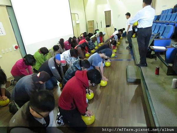 20151014-基本救命術BLS訓練 CPR球練習 (曾祥霖)  (9)