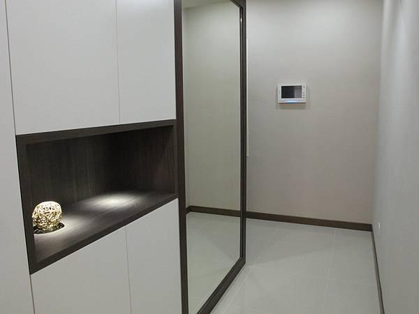 三商美福 Mico 設計大賞 裝修 裝潢 室內設計 空間規劃 現代風 小資女 兩房一廳 系統櫃 櫥櫃 套房 書櫃 餐邊櫃 衣櫃 更衣室 鞋櫃 環保板材