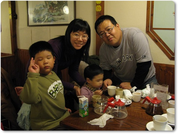 小孩很不專心的全家福.jpg