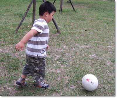 安安踢足球