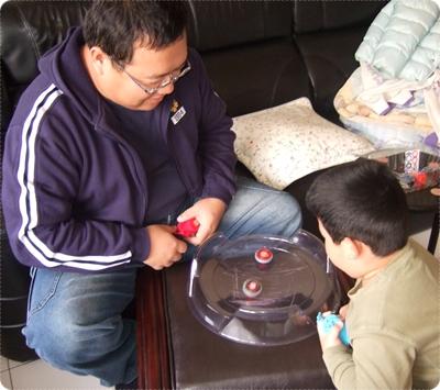 爸爸安安玩陀螺02.JPG