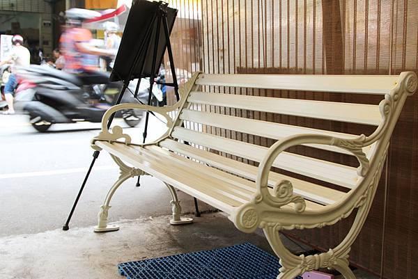在等候茶飲時,能坐在旁邊的椅子上.JPG