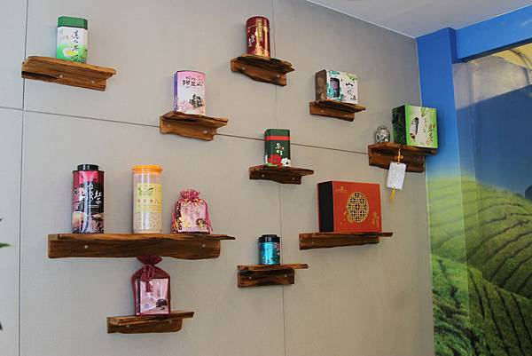 擺飾著許多的茶葉盒.JPG