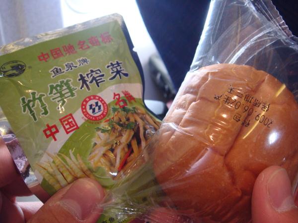 榨菜和麵包....不好吃~~.JPG