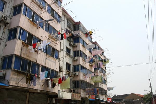 上海街頭壯觀的晾衣架.JPG