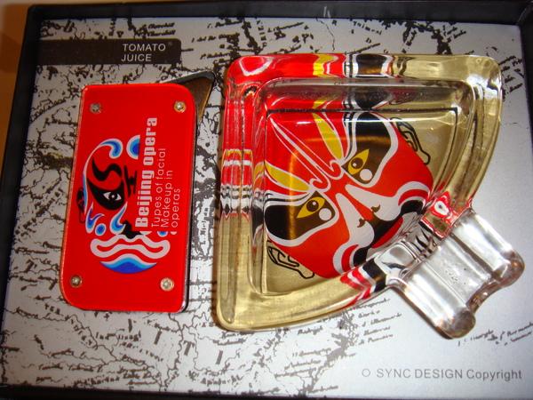 泰康路石怡集買的臉譜煙灰缸和打火機禮盒,催狂魔的禮物.JPG