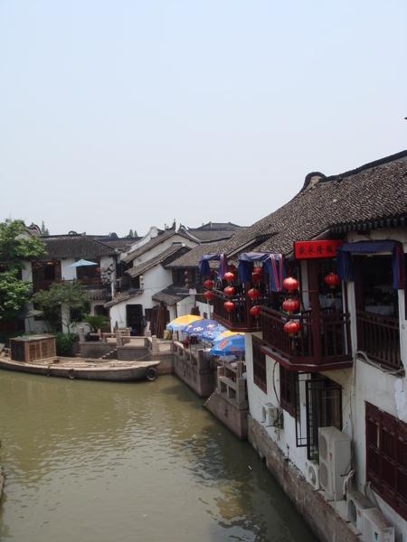 朱家角古鎮-河岸兩旁現在全成了餐廳或茶樓.JPG