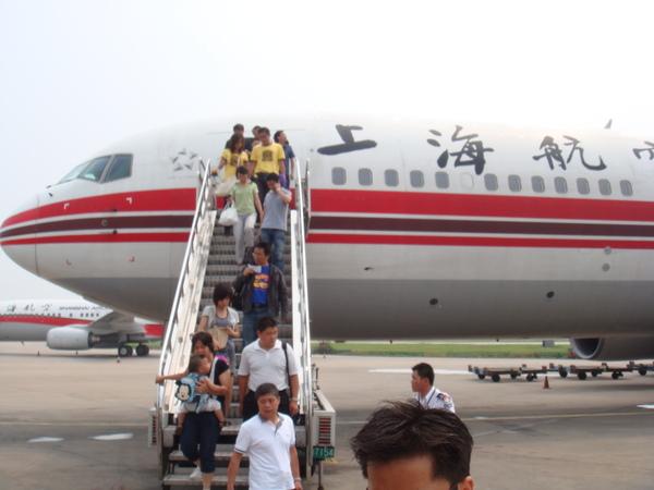 宣慰僑胞或得奧運金牌時常見的下機場景,上海,你未免也太復古了.JPG