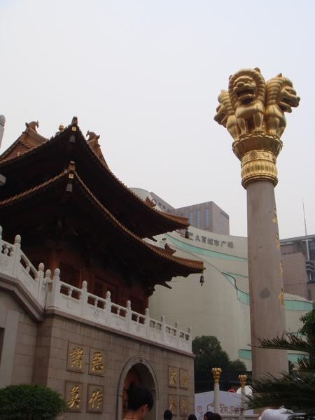 靜安寺的金獅柱好有澳門賭場的Fu喔.JPG