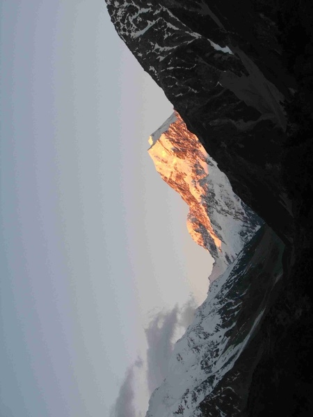 陽光灑在庫上山頂上