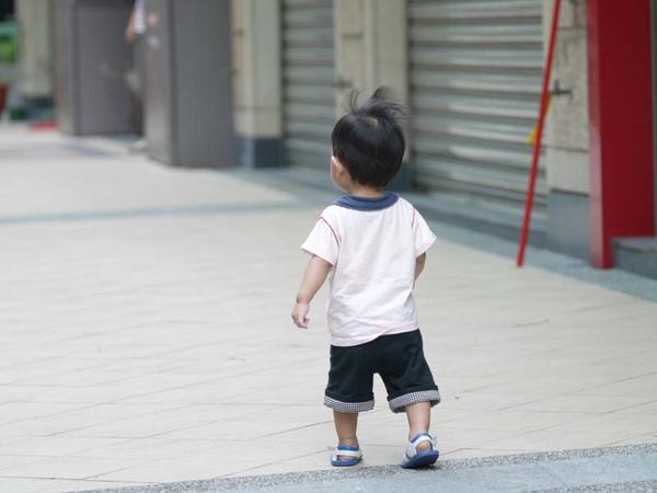 突然發現寶貝的腿真短 @@