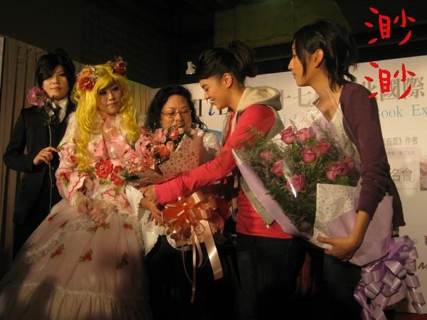 榕容獻花給美內鈴惠老師