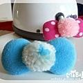 C10B16.-藍白毛球藍蝴蝶結釦飾