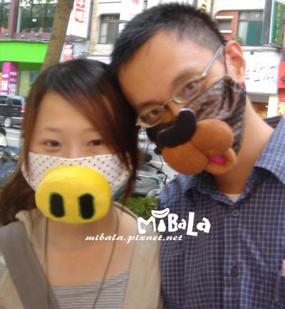 990227-小豬仔與快樂咖啡兔~謝謝你們的熱情支持唷~快樂咖啡兔還帶著口罩逛完了整個市集~真的超熱血^_^