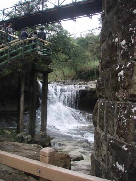 因為兩側較高,溪流中間而過,眼鏡洞瀑布的由來