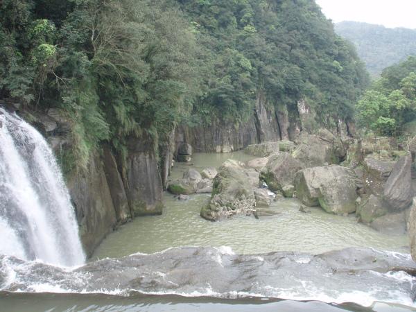 從瀑布看下去