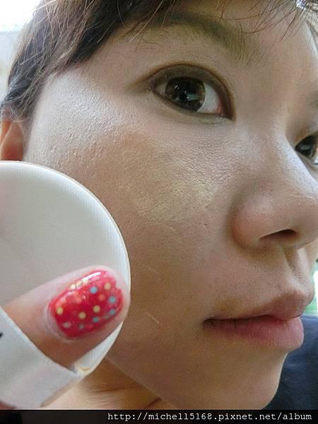 巴黎萊雅:  輕透亮氣墊粉餅 + 輕透光感氣墊腮紅 + 花漾漸層氣墊唇彩 + 魅眼名伶氣墊光燦眼影筆 + 3合1立體眉彩筆