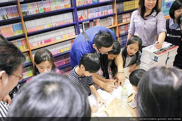 忙著簽書的米爸與孩子