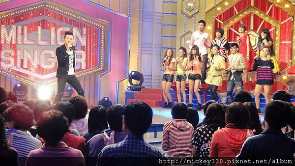 2011 10躲了三年終於被迫和小隻的乖乖錄百萬大歌星~好難喔 (1).JPG