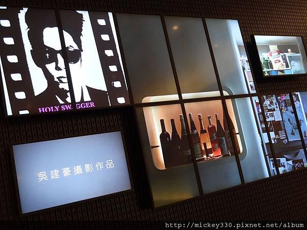 2011 PHOTO TAIPEI名人公益攝影展在市府轉運站預展輪播中 (11).JPG