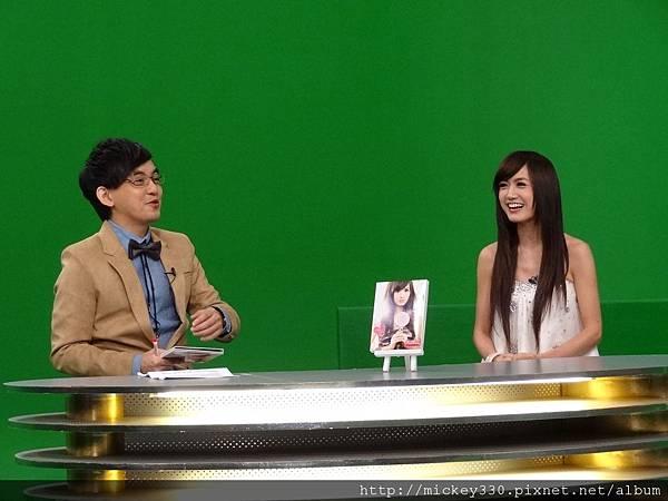2011 1124翁滋蔓來當金榜主播在PM10華視音樂強力佼唷 (2).JPG