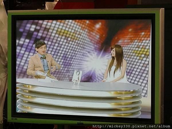 2011 1124翁滋蔓來當金榜主播在PM10華視音樂強力佼唷 (3).JPG