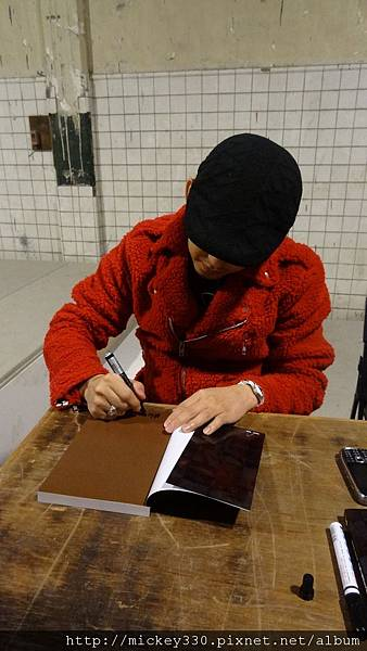 2011 1203在華山簽新書與佈展與看藝術家 (7).JPG
