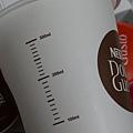 2012 試用咖啡機 ~易噴出... 它附的量杯但是非透明...