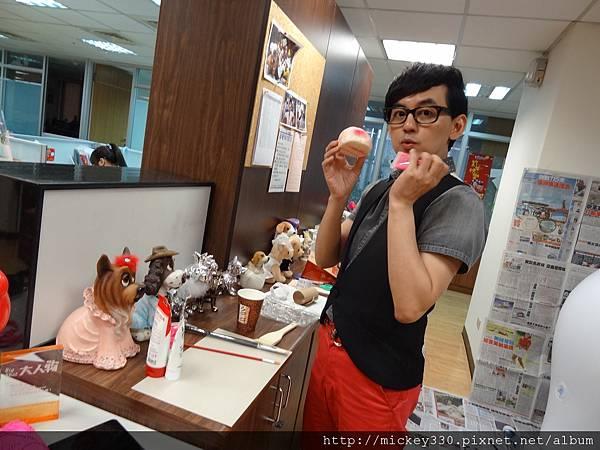 2012 5 為尊彩藝術中心二十年開展創作熱汽球:壽桃 (6)