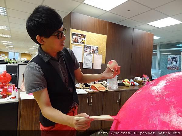 2012 5 為尊彩藝術中心二十年開展創作熱汽球:壽桃 (11)