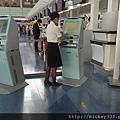 2012 8 1 小姐幫忙電子換登機證~好薄易掉~但還是得去拖運啊~