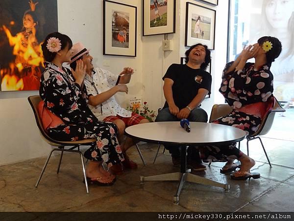2012 7 31在人像專科攝影展會場對談與採訪與參觀 (6)