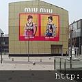 2012 7 1我在北京三里屯~有很多藝術品與新店與人群 (1)