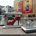 2012 7 1我在北京三里屯~有很多藝術品與新店與人群 (2)