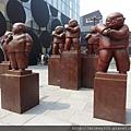 2012 7 1我在北京三里屯~有很多藝術品與新店與人群 (3)