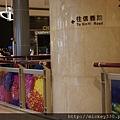 2010在101粉樂町展場有蜷川實花的作品~她也親自巡視 (1)