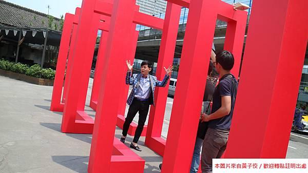 2016 4 20 文博會開幕記者會 影片拍攝 藝術銀行攤位導覽 TVBS訪問 (11)
