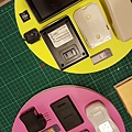 我收集已久的3C小物件 排列組合起來真的很美麗 X藝術家ano與呂志文 由他們自由發揮改造揮灑 =世貿台北新藝術博覽會 我們聯名的作品歡迎參觀