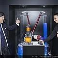 [圖三]Dyson資深工程師Kyle Toole與藝人黃子佼PK水柱吸力測試 Dyson Cyclone V10吸力超強馬達轉速每分鐘125000轉 (1024x683)