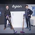 [圖一]Dyson資深工程師Kyle Toole與藝人黃子佼展示全新Dyson Cyclone V10吸塵器 (1024x683)