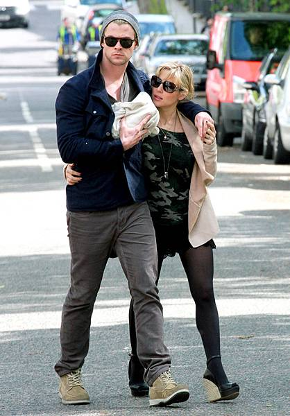 1337185011_chris-hemsworth-elsa-pataky-zoom.jpg w=487&h=700.jpg
