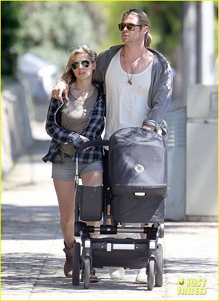 chris-hemsworth-elsa-pataky-santa-monica-stroll-with-baby-india-02.jpg