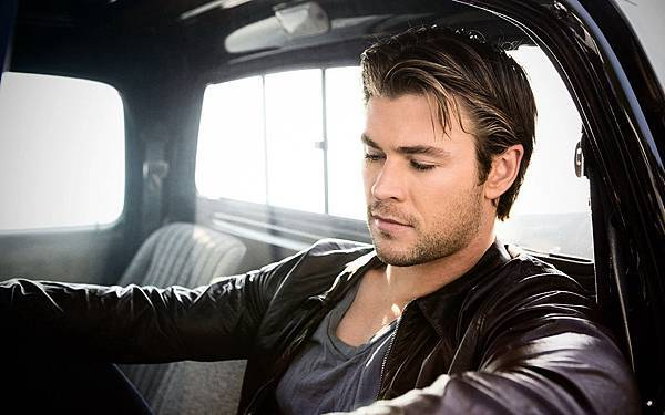 chris-hemsworth-in-the-car-wallpaper-124.jpg