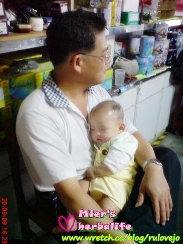 09.09.20戴yoyo在老爸懷中睡超甜的