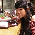 哈哈!小孩子吃生魚片
