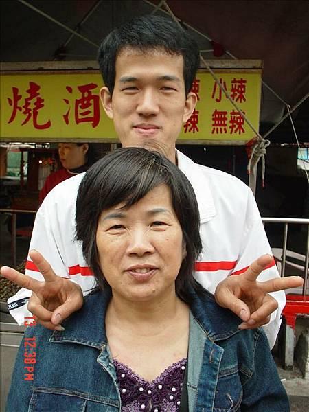 ♡二哥跟媽咪,因為二哥太高了,所以拍直的♡